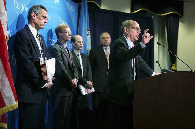 Джон Лейбовиц, председатель Федеральной комиссии по торговле, справа, объявил об окончании 21-месячного расследования против Google