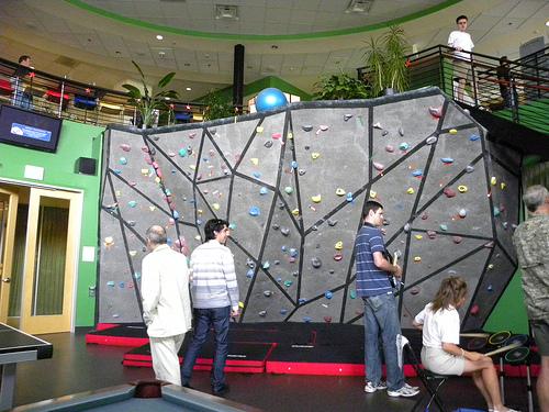 Офис Google в Боулдере. Стена для скалолазания