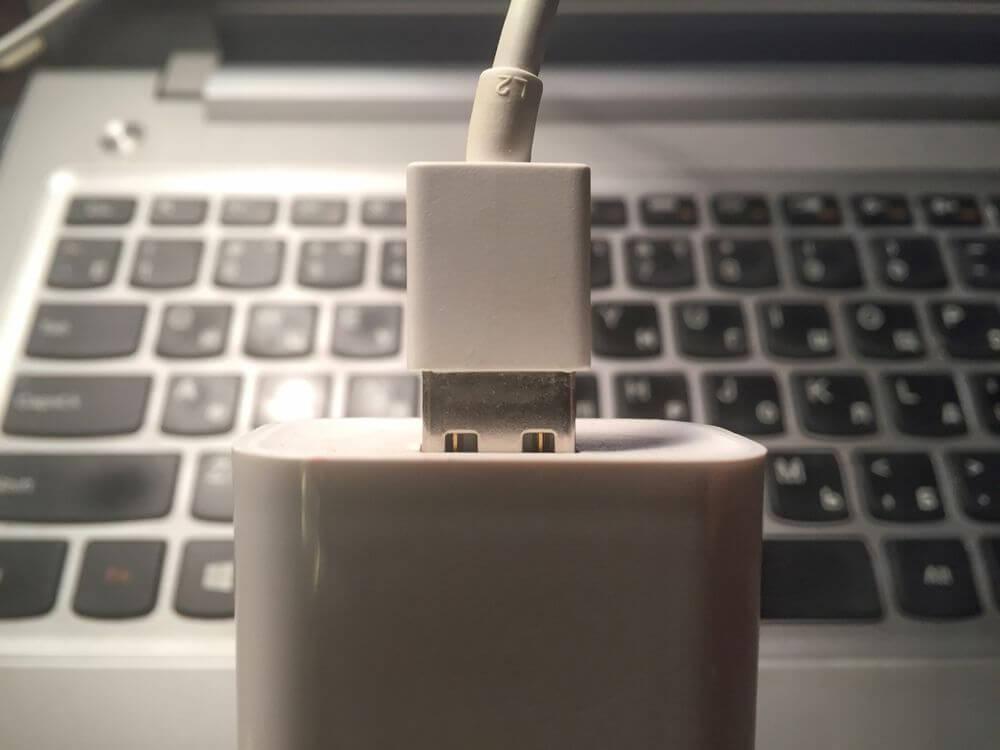 usb-кабель в зарядном устройстве